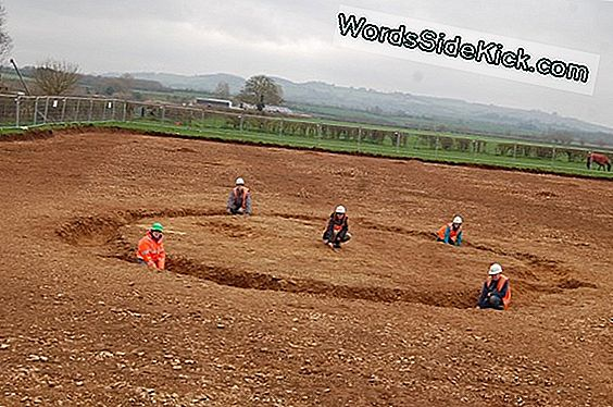 Henge Monument En Mysterious Burials Uncovered In England