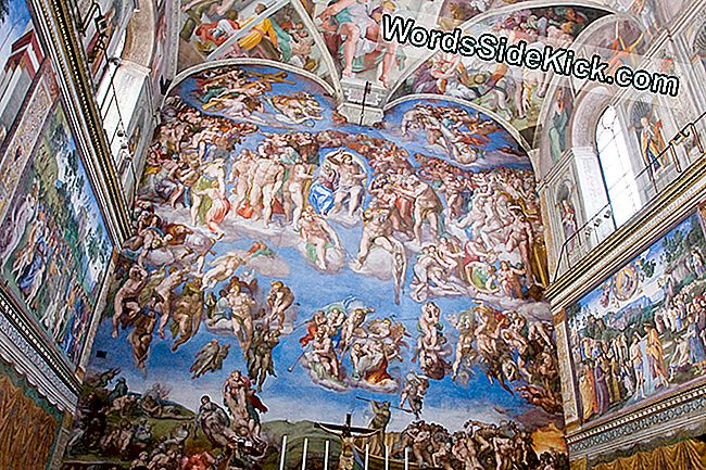 Michelangelo malede en fresco med titlen 'The Last Judgment' på væggen bag alteret i det sixtinske kapel.