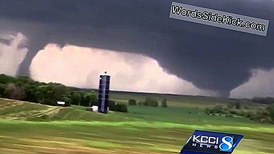 Storm Chasers Salvestab Twin Tornadoes Video