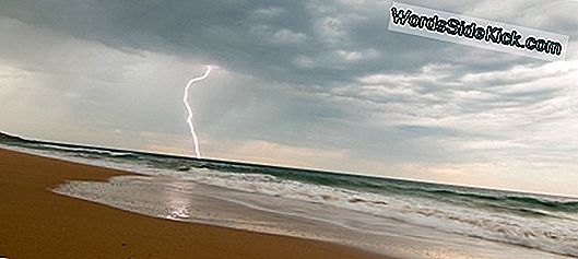 Vergeet Sharks, Lightning Poses Big Beach Threat
