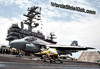 Un intrus A-6E lansează de la USS George Washington.