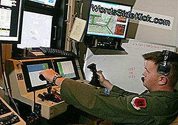 Air Force Senior William Swain driver en sensor kontrol til en MQ-9 Reaper under en træningsopgave den 8. august 2007 på Creech Air Force Base.