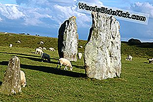 Fellow Neolithic henge Avebury sidder omkring 19 miles nord for Stonehenge.