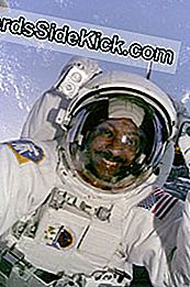 Mission Specialist Winston Scott træder uden for Columbia for en spacewalk på mission STS-87.